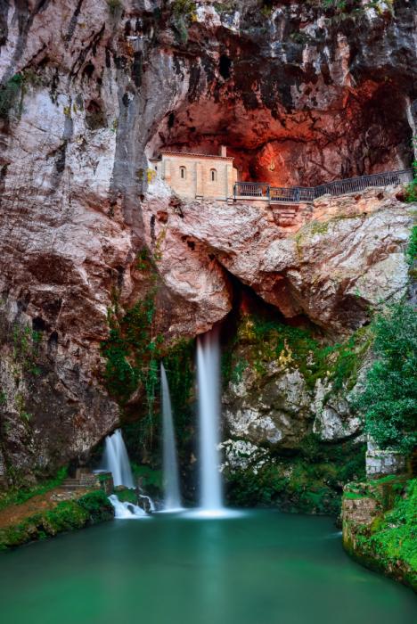 Asturia słynie ze spektakularnych widoków. Na zdj.: święta jaskinia  i wodospad  w Covadondze.