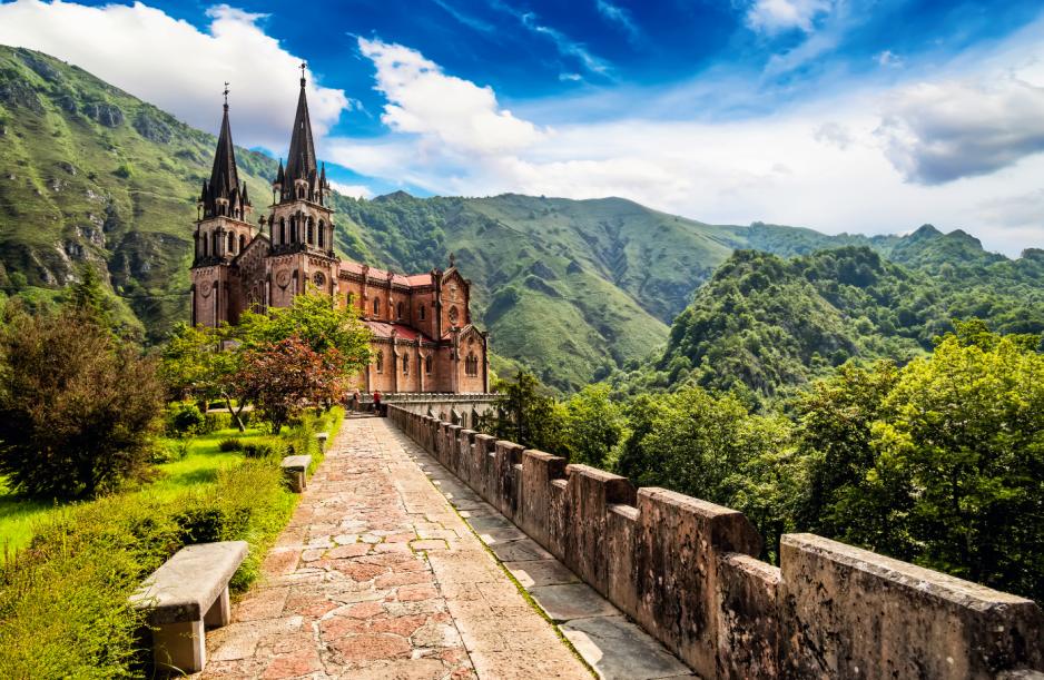 Na turystach wielkie wrażenie robią schowane wśród wzgórz asturyjskie kościoły i kapliczki. Na zdj.: Sanktuarium Maryjne w Covadondze.