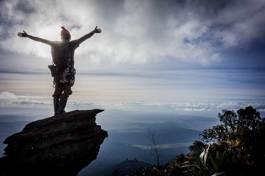 Kilkaset metrów pod szczytem, stojąc na krawędzi wielkiej ściany.