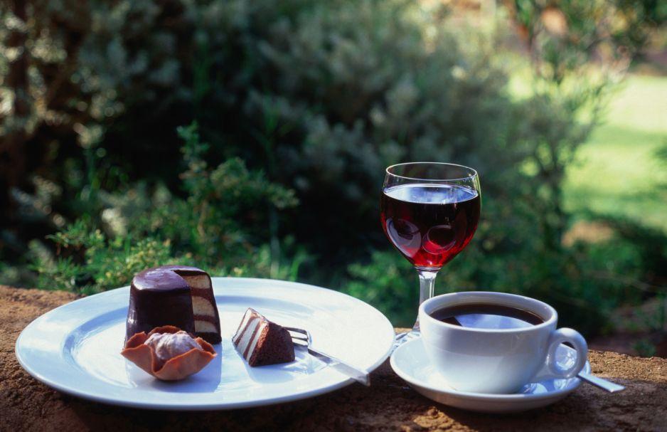 Kawa, truskawki i czerwone wino, czyli dieta sirtfood. Odchudza, odmładza i nie wymaga wyrzeczeń