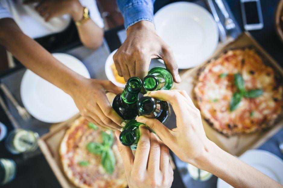 """Naukowo o """"gastrofazie"""". Dlaczego po alkoholu chce nam się jeść?"""