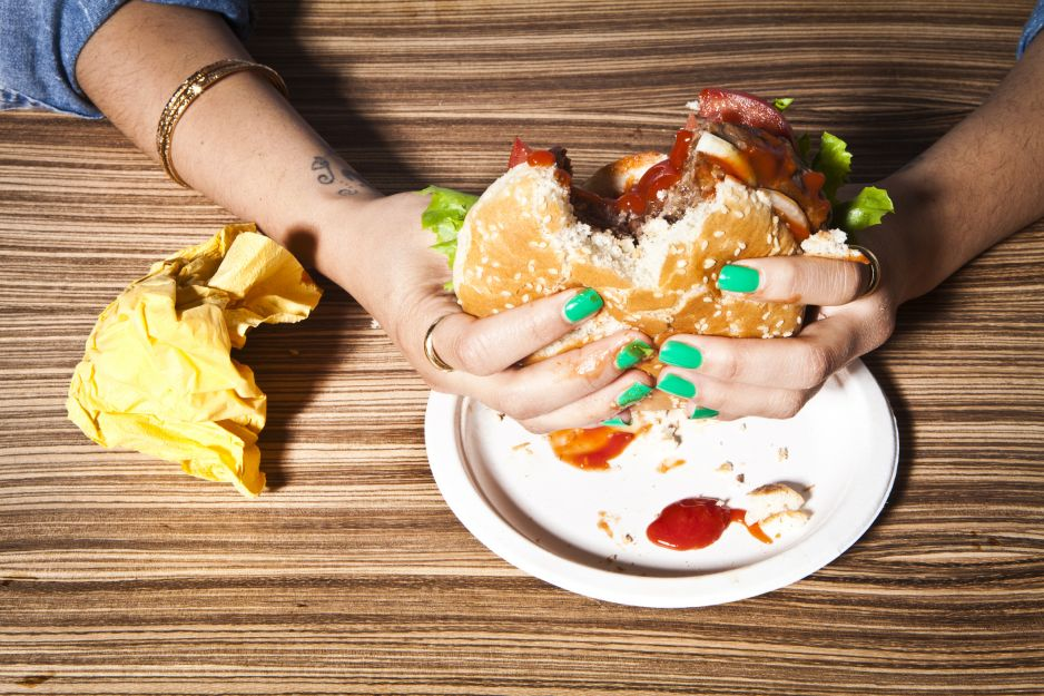 Gdy jemy rękami, smakuje nam bardziej (fot. Getty Images)