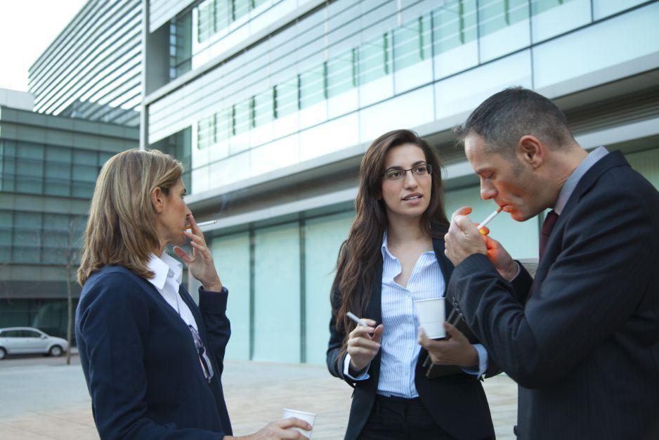Palenie w pracy – czy przerwę na papierosa trzeba odpracować (fot. Getty Images)