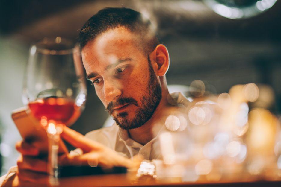 Czy to już alkoholizm? 11 oznak, które mogą świadczyć o problemach z piciem