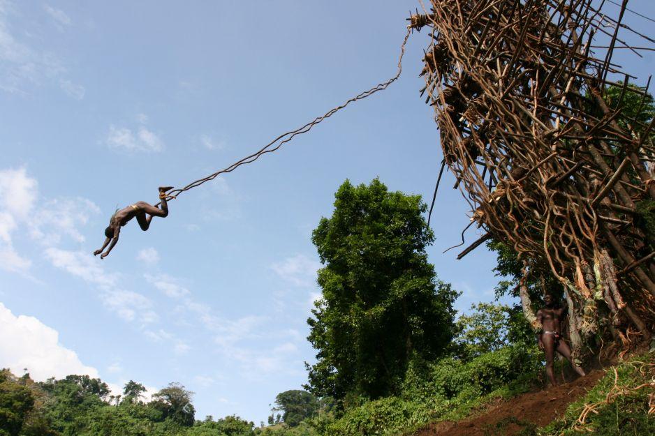 Tradycyjne skoki na lianach podczas święta Naghol na Vanuatu