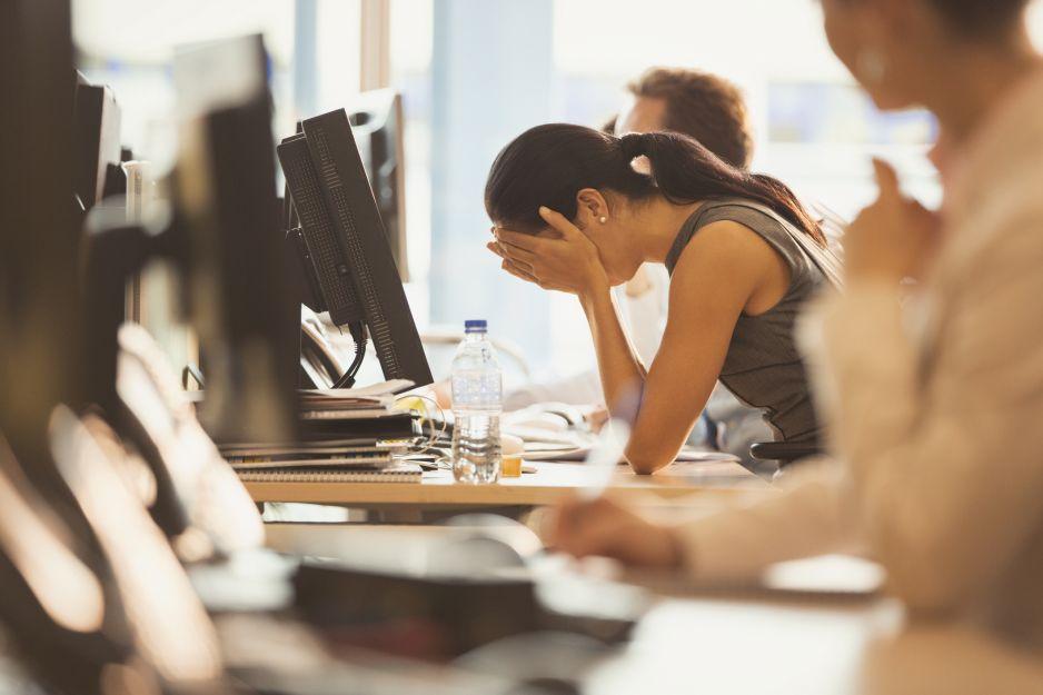 Dlaczego praca za biurkiem nas wykańcza?
