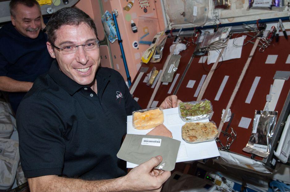 Posiłek świąteczny na Międzynarodowej Stacji Kosmicznej