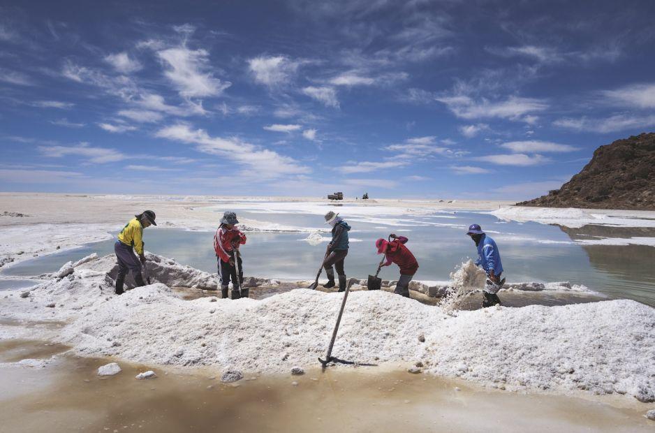 Podczas gdy  miejscowy lud Ajmarów zbiera i sprzedaje  sól wykrystalizowaną na powierzchni równiny Salar de Uyuni, znacznie bardziej lukratywny lit jest rozpuszczony w solance zalegającej głęboko pod ziemią.