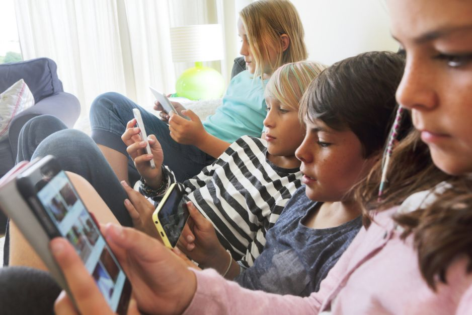 Czym jest uzależnienie od telefonu i jak wpływa na nasz organizm (fot. Getty Images)