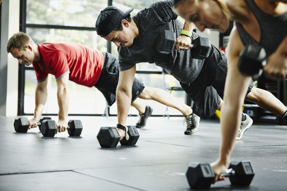 Ćwiczenia w domu, z hantlami, na płaski brzuch - jaki trening warto podjąć w czasie kwarantanny? (fot. Getty Images)