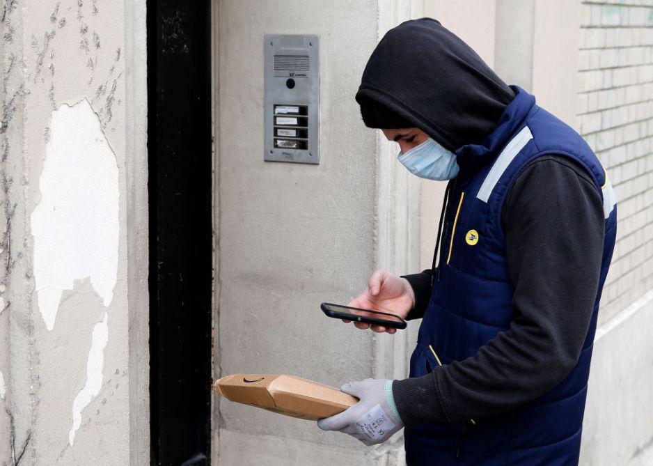 Czy koronawirus może przetrwać na paczce? (fot. Getty Images)