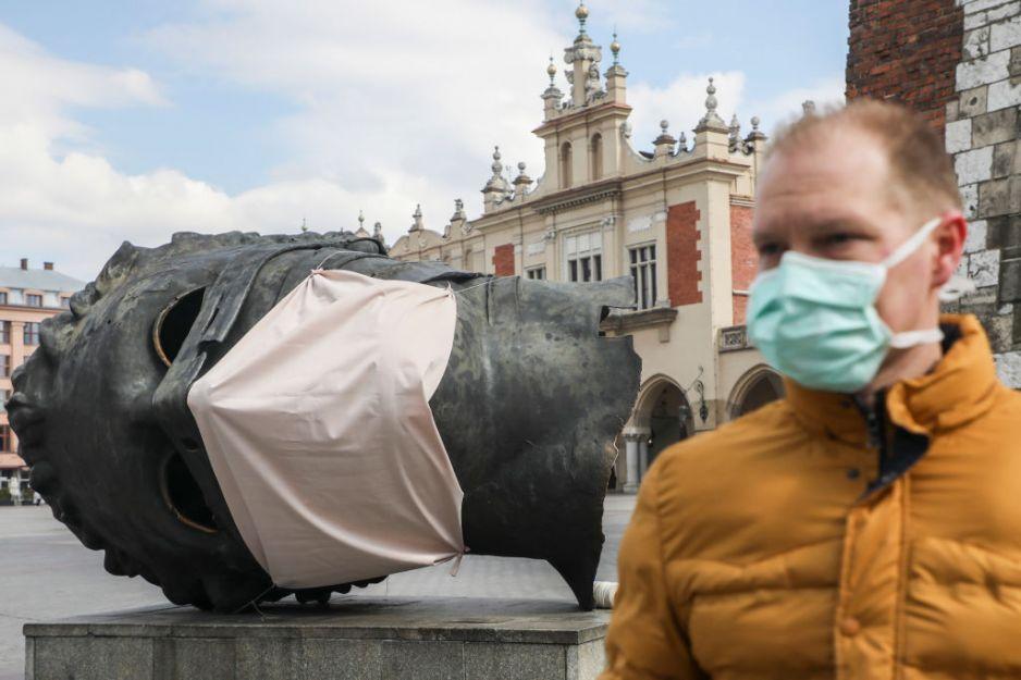 Czy maseczki ochronne na stałe zostaną artykułem codziennego użytku (fot. Getty Images)