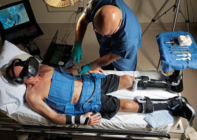 W czasie operacji Brent Bauer łagodzi swój ból, grając w wirtualną grę o nazwie SnowWorld.