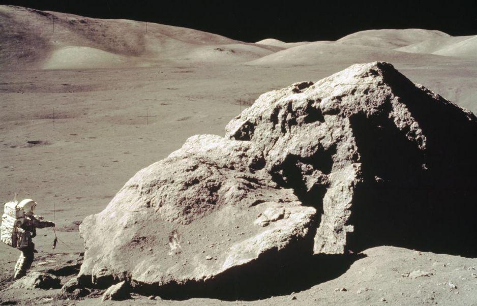 Harrison H. Schmitt w trakcie pobierania próbek skał. misja Apollo 17, 1972 rok (fot. NASA)