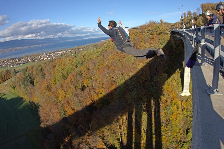 Skok na bungee: wysokość, bezpieczeństwo, ceny. Jak się przygotować do bungee jumping (fot. Getty Images)