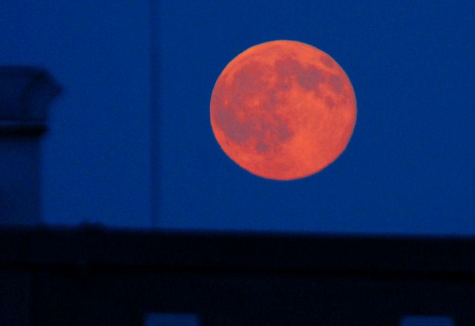 Truskawkowa pełnia Księżyca już w piątek (fot. Getty Images)