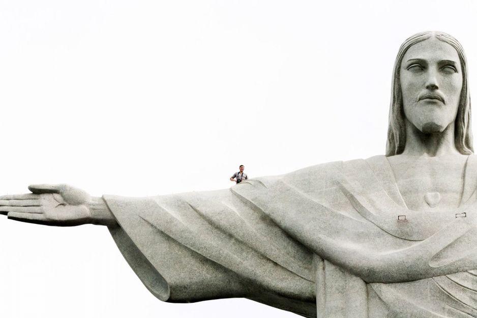 Lee Thompson jako pierwszy zrobił selfie na Figuerze Jezusa w Rio (fot. za YouTube)