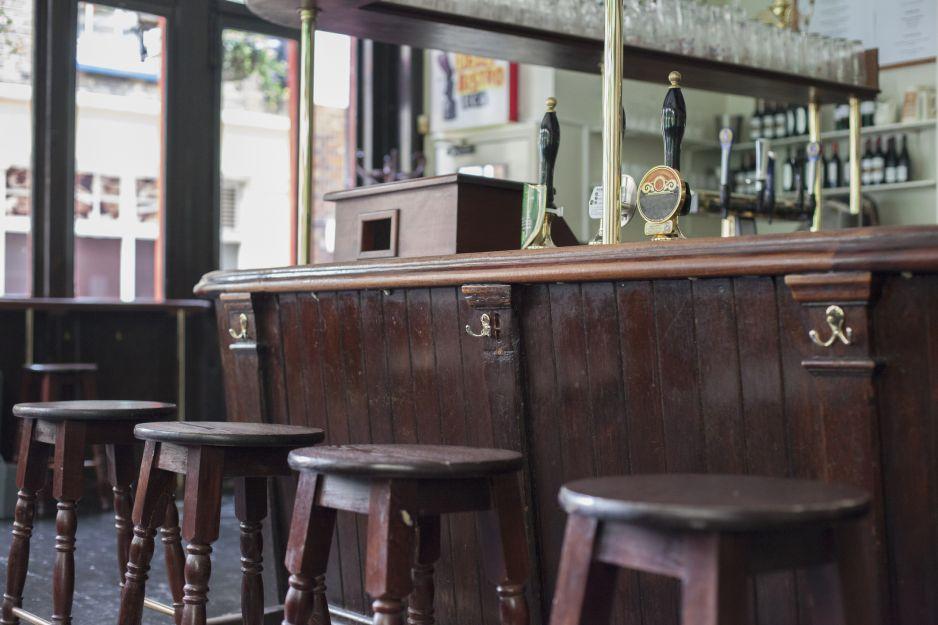 Puby i restauracje w Wielkiej Brytanii wznowią działalność 4 lipca (fot. Getty Images)