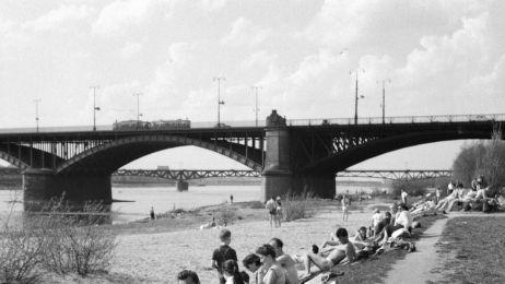 Plazowicze_nad_Wisla_na_tle_mostu_Poniatowskiego._1960_r._Fot._Z._Siemaszko.__Ze_zbiorow__Narodowego_Archiwum_Cyfrowego