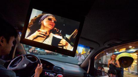 01_cabdrivers_watching_novelas_670