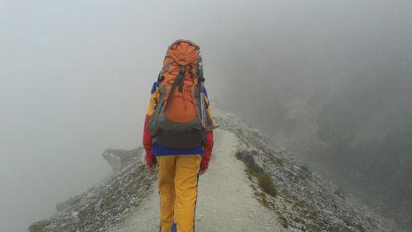 Kobieta w drodze na szczyt