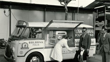Automezzo Carpigiani con a bordo macchina soft alla fiera di Bologna, 1958 - Archivio Gelato Museum RGB