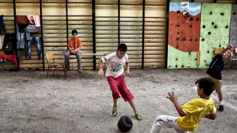 Ci ludzie uciekli przed piekłem. Poruszające zdjęcia uchodźców, którzy zamieszkali w opuszczonej szkole