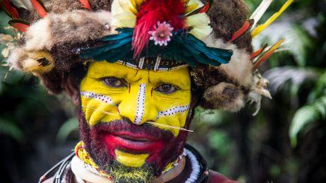 Dla mieszkańców Papui Nowej Gwinei woda, trawa i niebo ma ten sam kolor. Powód jest zaskakujący