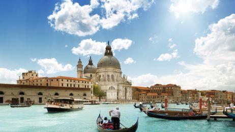 Pływać gondolą po weneckich kanałach (Włochy).