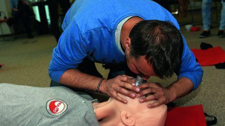 szkolenia z pierwszej pomocy trzeba regularnie powtarzać.