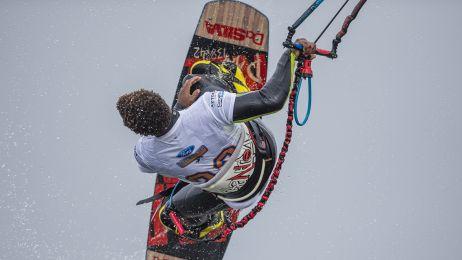 Zobacz jak zdobywali niebo. Piękne zdjęcia z mistrzostw kitesurfingu na Helu