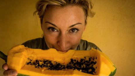 Próbowanie  lokalnych potraw  to nieodłączny element podróżowania.