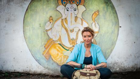 Redaktor naczelna z wizerunkiem boga Ganeszy w Indiach.