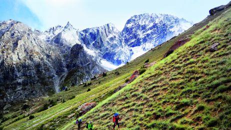 Maciek Bedrejczuk, Maciek Janczar  i Tomek Klimczak idą na rozpoznanie terenu w dolinie sąsiadującej z ich obozem bazowym.