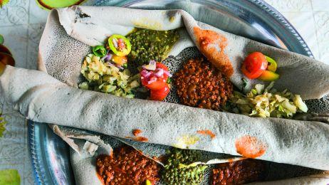 Indżera  – wilgotny placek z mąki miłki abisyńskiej – jest obecna  na każdym etiopskim stole.