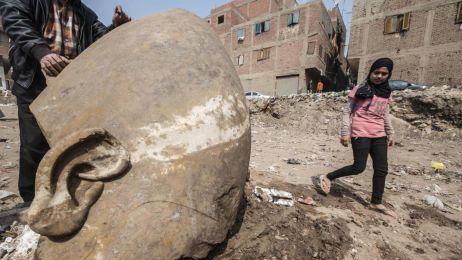 Posąg odnaleziony w slumsach Egiptu