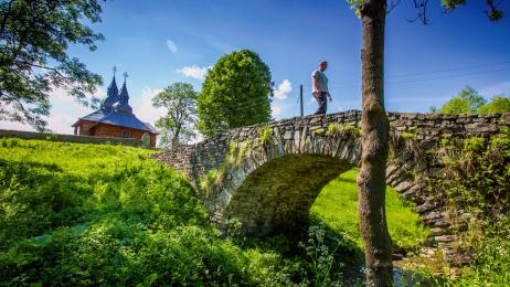 Do zabytkowej cerkwi Przeniesienia Relikwii  św. Mikołaja  w Olchowcu dochodzi się kamiennym mostkiem.