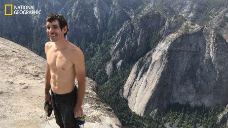Ten człowiek wspiął się bez zabezpieczenia na najwyższy granitowy blok w Yosemite