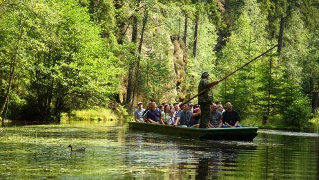 Rejs łódką po jeziorku w Adršpaskich Skałach.