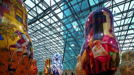 Tradycja i nowoczesność. Potężne matrioszki w centrum handlowym AFIMALL City.