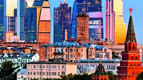 W Moskwie sacrum i profanum przenikają się na każdym kroku. Na zdj.: wieże Kremla – siedziby carów – na tle nowoczesnych biurowców z ostatnich lat.