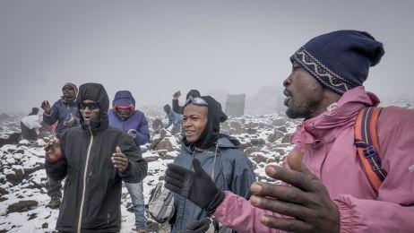 Dzień ataku szczytowego. Tanzańczycy już gotowi odśpiewują pieśń zagrzewającą do walki.