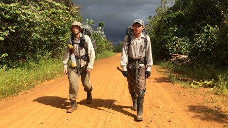 Pete Casey z przewodnikiem na drodze w dżungli amazońskiej.