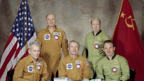 Aleksiej Leonow (drugi od prawej) wraz z członkami misji Apollo-Sojuz