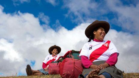 Kobiety w czasie treku w Andach Peruwiańskich niosą na plecach pakunki ważące ok. 15kg. Evolution Treks Peru jest jedyną agencją turystyczną, która zatrudnia tylko kobiety na Szlaku Inków.
