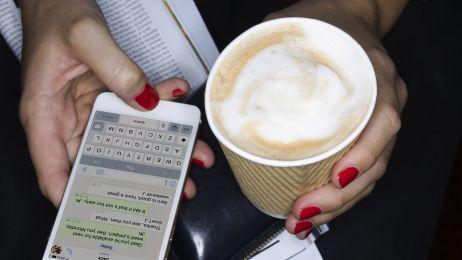 Sprawdź, czy jesteś uzależniony od smartfona. Nomofobia grozi uszkodzeniem mózgu [TEST]