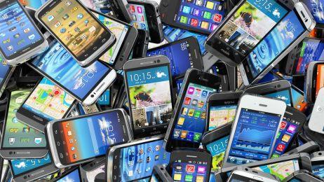 Nie wyrzucaj starego smartfona do śmieci. 6 pomysłów, jak go wykorzystać