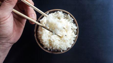 Naukowcy wiedzą, jak ugotować ryż, żeby był mniej kaloryczny. To nie magia, to reakcje chemiczne
