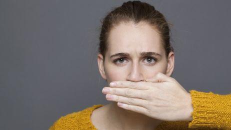 Halitoza: 10 przyczyn śmierdzącego oddechu