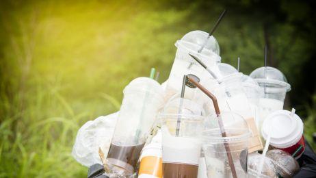 To koniec plastikowych słomek, torebek i sztućców na starym kontynencie. UE finalizuje zakaz jednorazowego plastiku